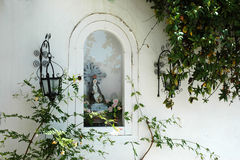 Statyn av den jungfruliga Maryen i en nischvägg Fotografering för Bildbyråer