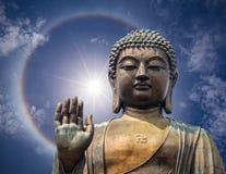 Statyn av den stora Buddhaframsidan med handen i Hong Kong Royaltyfri Fotografi