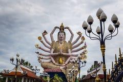 Statyn av den stora Kuan Yin med hand 18 har olika vapen I royaltyfri foto