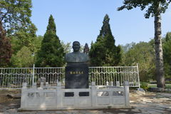 Statyn av den Zhang Boling-the grundaren av det Nankai universitetet Fotografering för Bildbyråer
