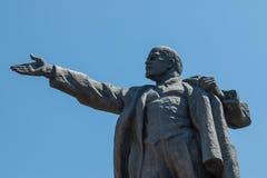 Statyn av det Vladimir Lenin Vladimir Ilyich Ulyanov anseendet bak alun kvadrerar för i Bishkek, huvudstaden av Kirgizistan Royaltyfria Bilder