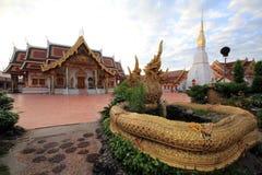 Statyn av en drake och en kyrka av Thailand Royaltyfria Bilder