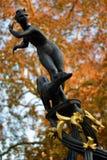 Statyn av en kvinna som kör med en hund som garnering i London, parkerar royaltyfria foton