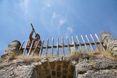 Statyn av enslingen med teleskopet, vaggar slotten Sloup, nordliga Bohemia, Tjeckien Arkivfoton