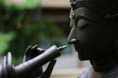 Statyn av ett tecken i thailändsk berömd litteratur som blåser flöjten, är Royaltyfria Bilder