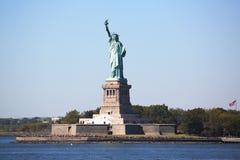 Statyn av frihet i den New York hamnen Royaltyfria Bilder