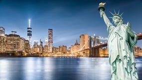 Statyn av frihet med bakgrund för Brooklyn bro och Lower Manhattani aftonen, gränsmärken av New York City Arkivbilder