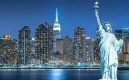 Statyn av frihet med cityscape i Manhattan på natten, New York City Arkivbilder