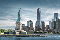 Statyn av frihet med en World Trade Centerbakgrund, gränsmärken av New York City Arkivbild