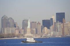 Statyn av frihet och bogserbåtstolpe 9/11 utan internationell handel står högt, Manhattan horisont, NY Arkivbilder
