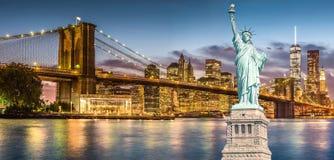 Statyn av frihet och Brooklyn bro med sikt för solnedgång för World Trade Centerbakgrundsskymning, gränsmärken av New York City Royaltyfria Bilder