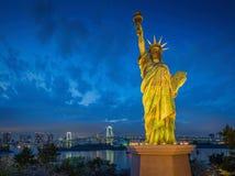 Statyn av frihet och regnbågen överbryggar, lokaliserat på Odaiba Tokyo, w Royaltyfri Bild