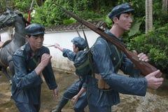 Statyn av a-gruppen av soldater för röd armé som korsar byn i den Parkï för röd armé ¼en Œshenzhen, porslin Fotografering för Bildbyråer