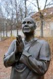 Statyn av `-harmoni eller skulptur som ber ` Socha Harmonie som resas upp i hedern av den berömda indiska filosof-humanisten, en  Fotografering för Bildbyråer