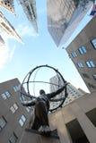Statyn av kartboken framme den Rockefeller mitten i New York royaltyfria foton