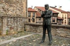 Statyn av Ken Follet siktar domkyrkan av Santa Maria Fotografering för Bildbyråer
