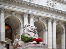 Statyn av lejonet i det New York arkivet dekorerade för jul arkivbild