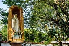 Statyn av oskulden Mary i parkerar i Barichara, Santander royaltyfri bild