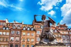 Statyn av sjöjungfrun av Warszawa, polska Syrenka Warzawska, ett symbol av Warszawa royaltyfri foto