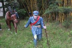 Statyn av soldaten som rymmer en häst i den Parkï för röd armé ¼en Œshenzhen, porslin Arkivbild