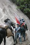 Statyn av soldaten som rymmer en häst i den Parkï för röd armé ¼en Œshenzhen, porslin Arkivfoton