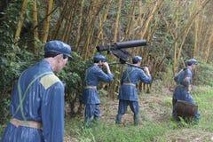 Statyn av soldater bär tunga maskingevär i den Parkï för den röda armén ¼en Œshenzhen, porslin Arkivfoto