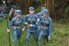 Statyn av som hjälper soldaterna för röd armé i den Parkï för röd armé ¼en Œshenzhen, porslin Arkivbild