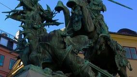 Statyn av St George och draken i Stockholm gammal stad sweden lager videofilmer