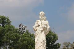 Statyn av St Joseph med träd och bakgrund för blå himmel i philomena kyrktar i mysore Arkivbilder