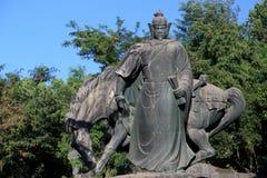 Statyn av YueFei i gult krantorn parkerar Arkivbilder