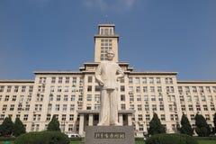 Statyn av Zhou Enlai i det Nankai universitetet Royaltyfri Fotografi