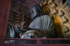 Statyn för brons för världs` s den största av Buddha i den stora Buddha Hal, Daibutsuden Arkivfoto