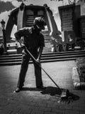 Statyn för gatasopare royaltyfri fotografi
