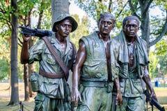 Statyn för tre soldater som firar minnet av vietnamkriget i Washington D C Arkivbild