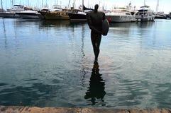 Statyn gjuter en skugga i den Alicante hamnen Royaltyfria Bilder