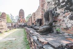 statyn och forntida byggnad på den Wat Worachet Tharam templet på historiska Ayutthaya parkerar i Ayutthaya Arkivfoton
