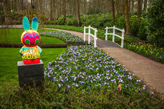 Statyn parkerar in Keukenhof är världens den största blommaträdgården arkivfoto