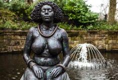 Statyn parkerar in Keukenhof är världens den största blommaträdgården royaltyfri fotografi