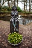 Statyn parkerar in Keukenhof är världens den största blommaträdgården royaltyfri bild