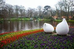 Statyn parkerar in Keukenhof är världens den största blommaträdgården arkivbilder