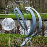 Statyn parkerar in Keukenhof är världens den största blommaträdgården royaltyfri foto