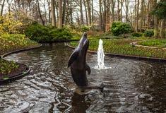 Statyn parkerar in Keukenhof är världens den största blommaträdgården arkivfoton