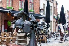 Statyn Zeus, Leda, Prometheus och Pegasus besöker Bruges som doneras av Jef Claerhout i heder till city'skuskarna royaltyfri fotografi