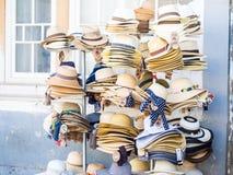 Statywowi sprzedawanie kapelusze w Starym miasteczku Tavira, Algarve, Portugalia Obrazy Stock