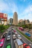 Stau auf einer modernen Stadt in der Hauptverkehrszeit Lizenzfreie Stockfotos