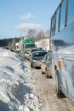 Stau auf Landstraße nach Sturm der starken Schneefälle Lizenzfreie Stockbilder