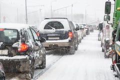 Stau auf Moskau-Straße während des Blizzardschneesturmes Stockfotografie