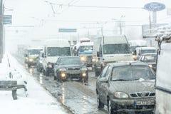 Stau bildete sich an der Straße, die durch einen schweren Schneesturm verursacht wurde Stockbilder