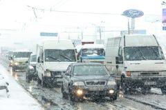 Stau bildete sich an der Straße, die durch einen schweren Schneesturm verursacht wurde Lizenzfreie Stockfotografie