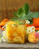 Stau des Pfirsiches (Aprikose) in einem Glas Lizenzfreies Stockfoto